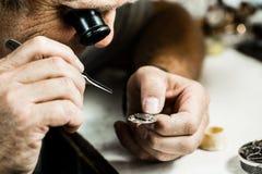 Orologiaio che ripara orologio Fotografie Stock Libere da Diritti
