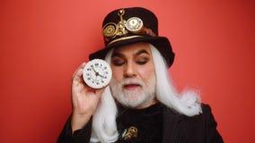 Orologiaio, custode di tempo, linea di tempo Stregone di tempo Uomo anziano con l'orologio Il tempo è denaro Stregone anziano archivi video