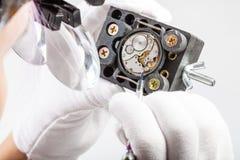 Orologiaio in orologio di riparazioni delle lenti d'ingrandimento vecchio Immagini Stock Libere da Diritti