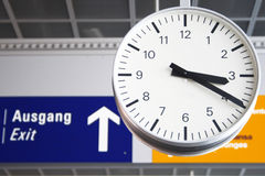Orologio all'aeroporto a Francoforte Germania Fotografie Stock Libere da Diritti