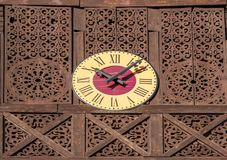 Orologio all'aperto decorativo con i numeri romani Fotografie Stock Libere da Diritti