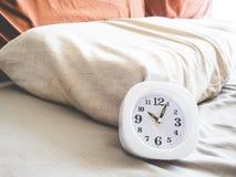 Orologio alle 10 DI MATTINA sul letto Fotografie Stock
