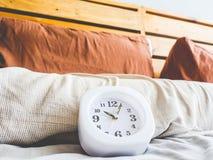 Orologio alle 10 DI MATTINA sul letto Fotografia Stock Libera da Diritti