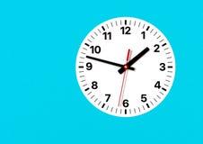 Orologio analogico sulla parete, con l'ora, il minuto e le seconde mani fotografia stock libera da diritti