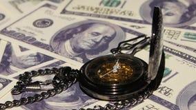 Orologio antico che si trova sul dollaro Fine in su video d archivio