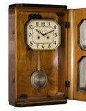 Orologio antico d'annata con il pendolo Fotografia Stock Libera da Diritti