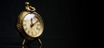 Orologio antico dello scrittorio fuori centro Immagini Stock