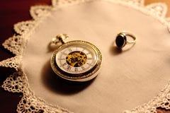 Orologio antico ed anello dorato Fotografie Stock Libere da Diritti