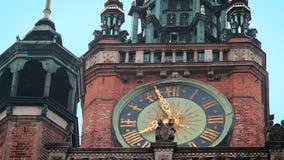 Orologio antico sulla torre del comune principale di Danzica, architettura, viaggio in Polonia archivi video