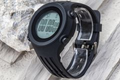 Orologio astuto di plastica con la cinghia di polso di gomma con il catenaccio fotografia stock libera da diritti