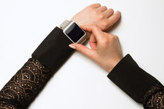 Orologio astuto su una mano femminile Fotografie Stock