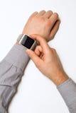 Orologio astuto su una mano maschio Fotografie Stock Libere da Diritti
