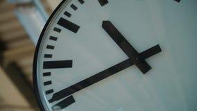 Orologio bianco che ticchetta alla stazione ferroviaria video d archivio