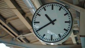 Orologio bianco che ticchetta alla stazione ferroviaria archivi video