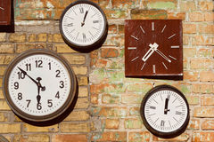 Orologio bianco e marrone d'annata sul muro di mattoni Immagine Stock