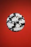Orologio in bianco e nero su colore rosso immagine stock libera da diritti