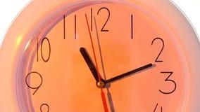 Orologio bianco isolato chiuda su, ore di giorno lento video d archivio