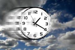 Orologio che accelera attraverso le nuvole in cielo blu Fotografia Stock Libera da Diritti