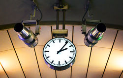 Orologio che appende sul soffitto Fotografia Stock