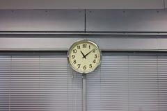 Orologio che appende sulla parete Fotografie Stock Libere da Diritti