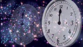 Orologio che conta alla rovescia alla mezzanotte con i fuochi d'artificio illustrazione vettoriale