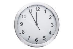 Orologio che mostra cinque minuti a dodici Fotografie Stock Libere da Diritti