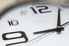 Orologio che mostra 5 9 passati, tardi per lavoro immagini stock
