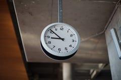 Orologio che pende dal soffitto Fotografia Stock