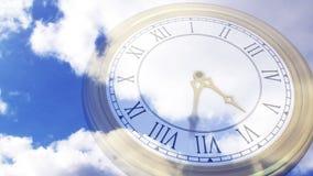 Orologio che ticchetta contro il cielo blu archivi video