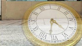 Orologio che ticchetta contro la strada affollata stock footage