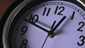 Orologio che ticchetta indietro stock footage