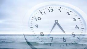 Orologio che ticchetta sopra l'animazione del mare video d archivio