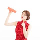 Orologio cinese della donna di sforzo la busta rossa Fotografie Stock