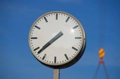 Orologio con la gru nel fondo Fotografia Stock