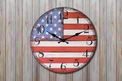 Orologio con la parete di legno della bandiera dell'america Fotografia Stock Libera da Diritti