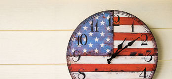 Orologio con la parete di legno della bandiera dell'america Fotografia Stock