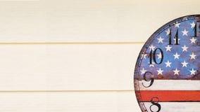 Orologio con la parete di legno della bandiera dell'america Immagine Stock
