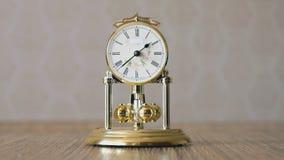 Orologio con un pendolo sotto forma delle palle giranti archivi video