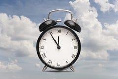 Orologio contro un primo piano della carta del collage del cielo nuvoloso fotografie stock