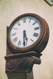 Orologio d'annata alla stazione ferroviaria fotografia stock libera da diritti