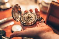 Orologio d'annata antico della tasca in mano dell'uomo Immagini Stock Libere da Diritti