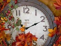 Orologio d'annata con la decorazione della foglia di autunno Fotografia Stock Libera da Diritti