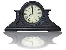 Orologio d'annata della tavola marrone di legno antica con le cifre romane fotografie stock libere da diritti