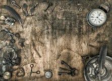 Orologio d'annata di chiavi degli accessori dell'ufficio del fondo di legno Fotografia Stock