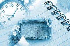 Orologio d'annata e diario con la struttura della foto del sacco Immagini Stock