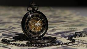 Orologio d'annata su un fondo nero Fine in su video d archivio