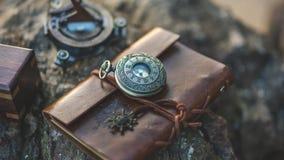 Orologio d'annata sul cuoio casuale di Brown immagini stock libere da diritti