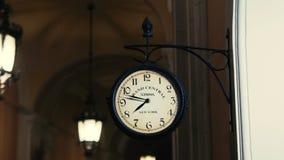 Orologio d'annata sulla parete archivi video