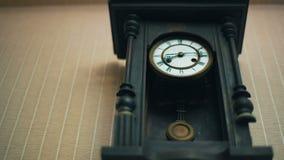 Orologio d'annata sulla parete stock footage