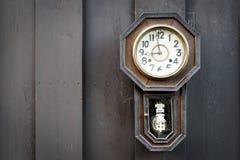 Orologio d'annata sulla parete di legno Immagini Stock Libere da Diritti